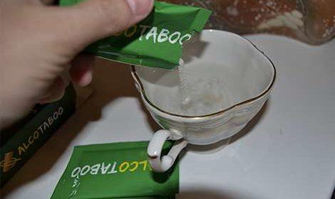 Саше АлкоТабу насыпает в чашку